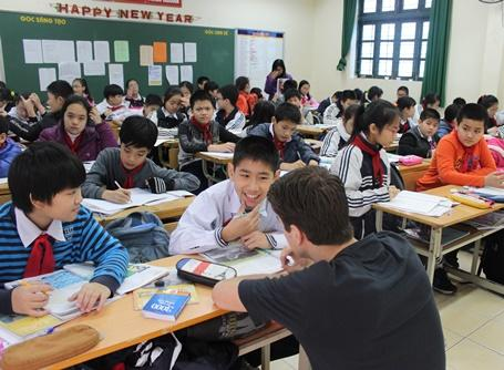 Projects Abroad Vietnam volunteer talks to children in class at a Teaching placement