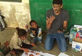 A Care & Community volunteer has fun painting with local children in Madagascar over his high school vacation.