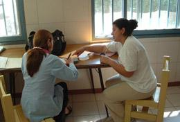 A high school volunteer learns Spanish during a one-on-one lesson at our Human Rights & Spanish placement in Argentina.