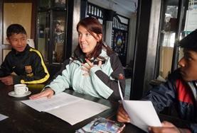 Volunteer introducing herself in Spanish