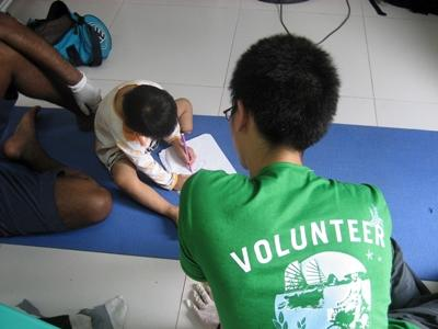 A Projects Abroad occupational therapy volunteer works with a child at a rehabilitation centre