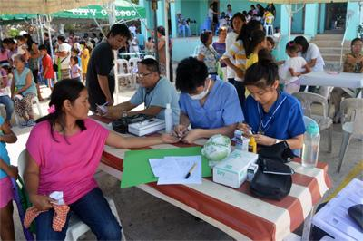 Projects Abroad Public Health volunteers take part in medical outreach at their placement in Philippines