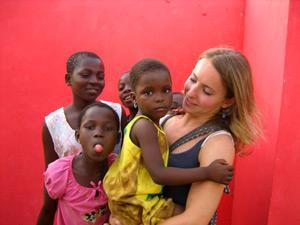 Volunteer with kids in Ghana